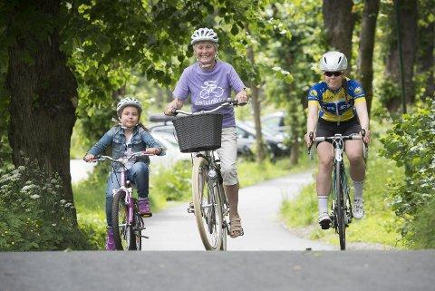 I morgen er det klart for sykkelløpet der jenter i alle aldre kan velge mellom kort og lang løype ved Nordåsvannet. Emily Lindquist Solberg (t.v.), Lisbet Larsen og Emelie Røe Utvik skal alle delta.