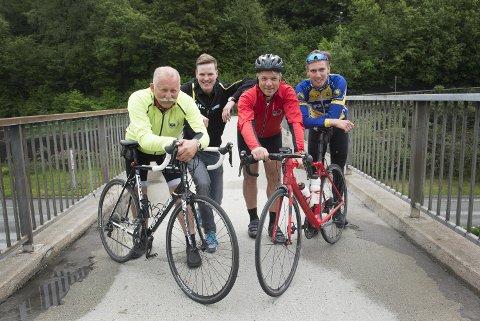 BA-duoen Arne Ristesund (t.v) og Per Randers Haukaas skal for første gang sykle Bergen-Voss i morgen. Fjorårsvinner Bjørnar Vevatne Øverland (to fra venstre) og en av årets favoritter, Marius Sylta gir gode råd.
