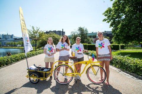 Anne-Marte Uranes (t.v.), Marie Hamre, Veronica Halvorsen og Charlotte Engan Kran er frivillige i Kreftforeningens solpatrulje.