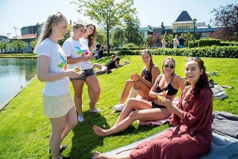 Fra venstre: Anne-Marte Uranes, Veronica Halvorsen og Marie Hamre i Kreftforeningen deler ut solkrem, i dette tilfelle til Anne Waje-Andreassen, Ingrid Wahlstrøm og Helga Frengen.