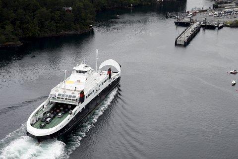 Flyfoto av fergen Bergensfjord som går på strekkningen Halhjem - Sandvikvåg. Båten er eid av rederiet Fjord1  Halhjem fergekai på Os