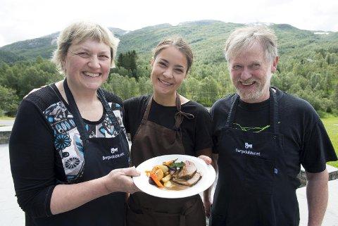 BA-kokk Ragnhild Børven sammen med ekteparet Olaug Fagerbakke og Helge Terje Fosse som driver gård, restaurant, catering og produksjon av kjøtt og melk på gården i Bergsdalen.