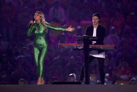 Kygo og sangeren Julia Michaels på scenen da OL i Rio ble offisielt avsluttet.