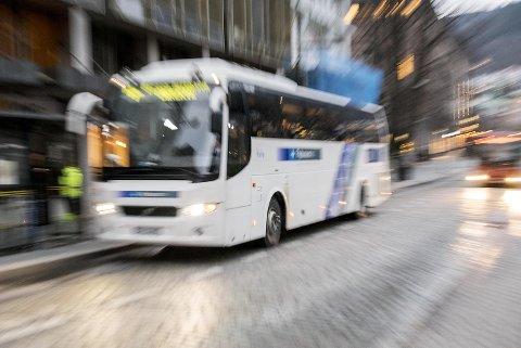 Mannen i 60-årene hadde i tyve år kjørt Flybussen i Bergen, da han måtte gå på dagen.