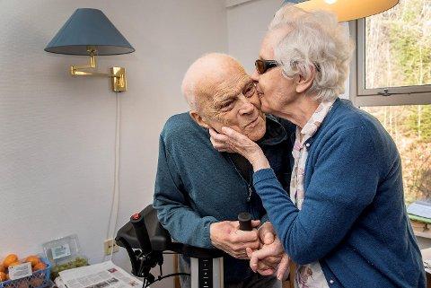 Eva og Kristen Otteraaen har vært gift i 65 år. Nå bor de sammen også på sykehjemmet.  Her har vi det godt, sier ekteparet.