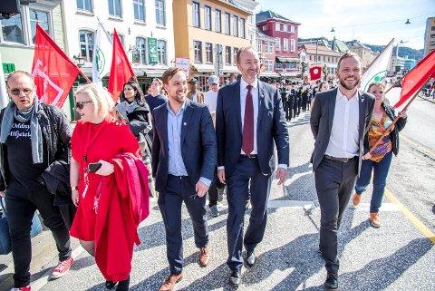 Audun Lysbakken (SV) og Trond Giske (Ap), her flankert av Bergens LO-leder Mads Wiik Kleven, smilte fra øre til øre i toget.
