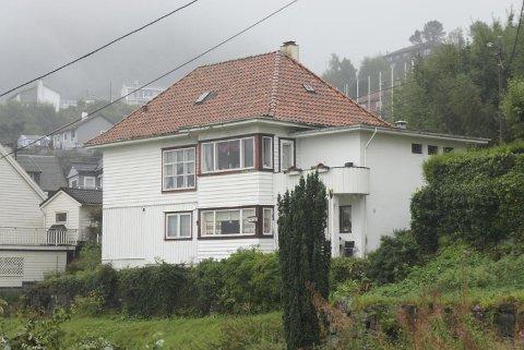 Natt til 31. mai 1942 storma Gestapo Tyriveien 20. Berre månadar tidlegare låg huset på teiknebordet til den kjende arkitekten Leif Grung. Opprinneleg var taket flatt. Ikkje rart Hans Marthinssons enke mareritt i alderdomen - om tyskarar på taket.