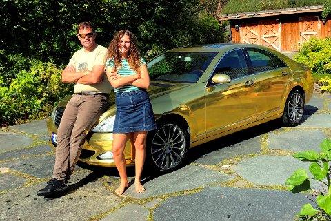 Bileier Frederik Skarstein og datteren Marte Fredrikke Skarstein poserer foran den glinsende Mercedesen.