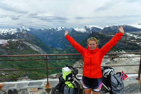 Her er Sara Petrine Solli på toppen av Dalsnibba, Europas høyeste utsiktspunkt mot fjord.  Med nesten 50 kilo ekstra tråkket jeg meg opp 1500 meter over havet, fra Geiranger til Dalsnibba på 21 kilometer.  Det var seigt de siste høydemetere, men utrolig gøy å få tommel opp fra de som kom kjørende ned I bil. Mestringsfølelsen er nå på topp!, skriver hun selv om dette bildet.