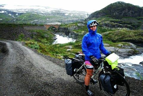 Her er Sara Petrine Solli på Rallarvegen, på vei ned til Flom, i ekte vestlandsvær.