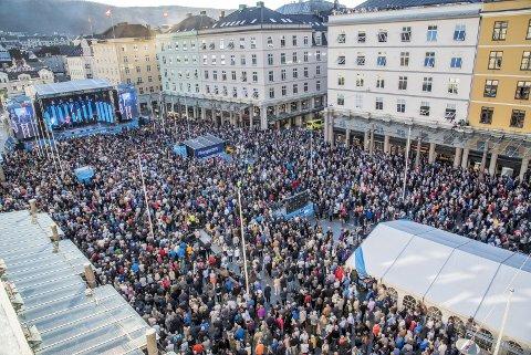 Torgallmenningen var stappet av mennesker som fulgte åpningsseremonien til sykkel-VM lørdag ettermiddag. FOTO: EIRIK HAGESÆTER