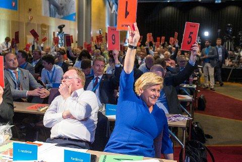 Fiskeriminister og 1. nestleder Per Sandberg og finansminister og partileder Siv Jensen under voteringen på Fremskrittspartiet (Frp) sitt landsmøte på Gardermoen.