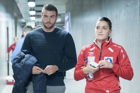Stine Skogrand er ferdig med sitt mesterskap, mens kjæresten Eivind Tangen er på vei inn i EM for håndballguttene. Men han går inn i det med en skade.