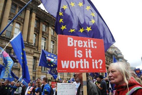 – Den siste meningsmålingen viste at 54 prosent av befolkningen nå vil fortsette EU-medlemskapet. Ingen av de vi snakket med trodde det var nok til å få Theresa May til å endre standpunkt. I så fall vil det oppstå en fullkommen politisk krise i Storbritannia, skriver Torbjørn Wilhelmsen.