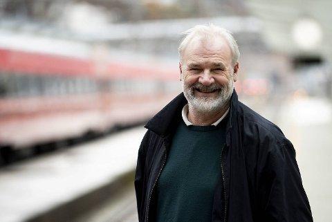 Atle Nielsen har et nært forhold til det å reise med tog. – Jeg har sikkert reist over hundre ganger med Bergensbanen, sier 61-åringen, som nå er aktuell med «Den store boken om tog».