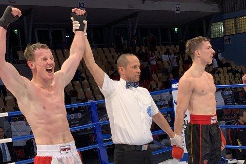 Raymond Gaassand Straume jubler etter å ha slått tyske Steffen Lueer i kvartfinalen i EM i kickboksing i Slovenia i klassen -75 kg fullkontakt.