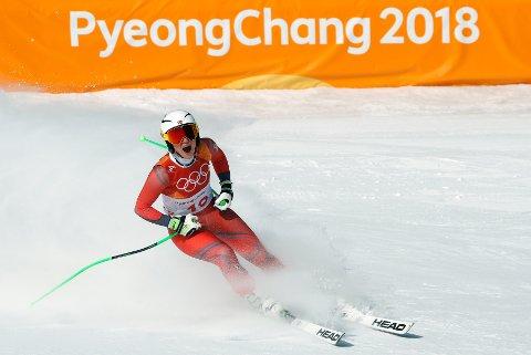Ragnhild Mowinckel ser på resultattavla i målområdet etter onsdagens OL-utfor.