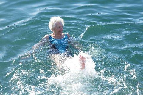 Rosemary Lund (85) har badet hver dag siden hun fylte 78 år. – Det er helt herlig etterpå. Jeg elsker det, sier hun.