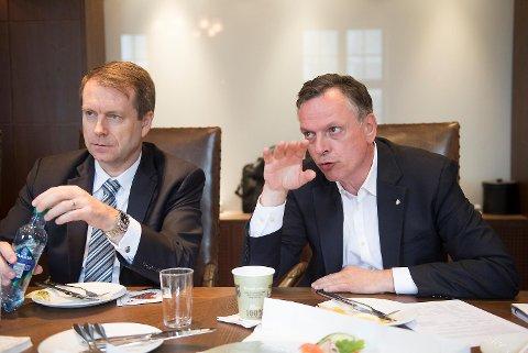 Lars Ljoen i Carnival Maritime (t.v.) og Michael Thamm i Costa deltok på tirsdagens møte i det gamle styrerommet til Bergens Rederiforening.