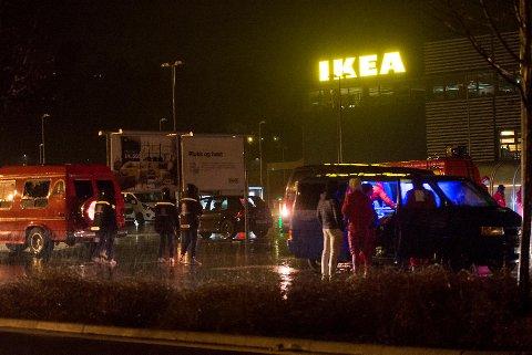 Flere russ og andre ungdommer samlet seg på parkeringsplassen utenfor Ikea 27. april i fjor. Samme natt ble en russebilsjåfør slått rett ned av en beruset mann.