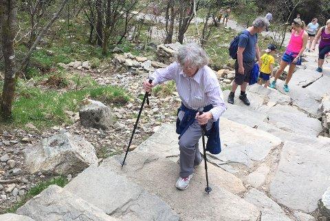 Her er Signe Hallås (93) iferd med å bestige Ulriken søndag ettermiddag.