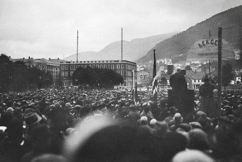 Folkehavet på Festplassen som 18. juni 1929 vedtok en resolusjon om at byen skulle beholde sitt navn. Rundt 25 000 mennesker rakte høyre hånd i været som stemmetegn, før de med blottede hoder sang Nystemten. Etterpå ble det  opptøyer i byen.