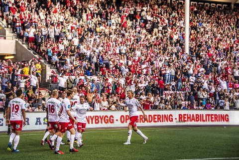 Over 10.000 møtte opp i Fredrikstad søndag. Byen virker ikke å bry seg om at laget deres er forvist til breddefotballens marker. 2.-divisjonslaget har det 8. høyeste tilskuersnittet i hele Fotball-Norge.