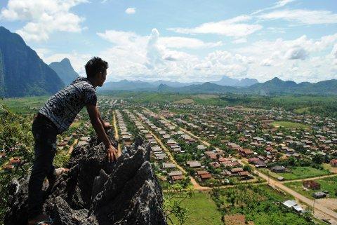 Aay Sinthala ser utover landsbyen sin. – Alt startet med at vi møtte Aay Sinthala i Thailand. Han hadde en historie som virkelig rørte oss, sier Aarø.