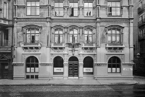 Apoteker Ditlef Hilmers bygde bygarden i Nygårdsgaten 2 i 1885. Arkitekt var ein av dåtidas store arkitektar, Johan A. Fischer. Ornamenta er framleis intakte og kan beundrast. Det ein ikkje lenger kan sljå her er Fru Kahrs Svendsens hage. Bugnande av blomar og bær låg den på tomta før Hilmers kom inn i biletet.