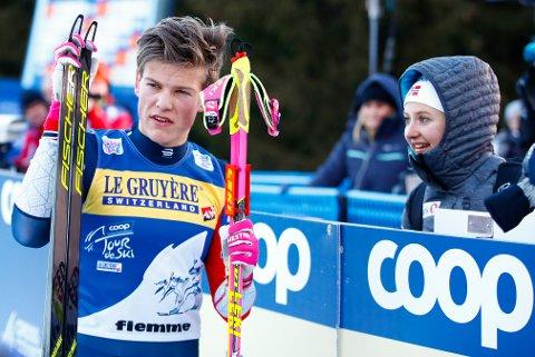Val di Fiemme, Italia 20190106. Johannes Høsflot Klæbo og Ingvild Flugstad Østberg etter at Klæbo kom i mål på siste etappe av Tour de ski på toppen av monsterbakken i Val di Fiemme.