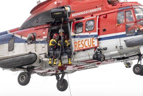 Tidligere denne uken øvde RITS-mannskaper også sammen med redningshelikopteret fra Florø. Dette bildet er fra forrige øvelse på Byfjorden.