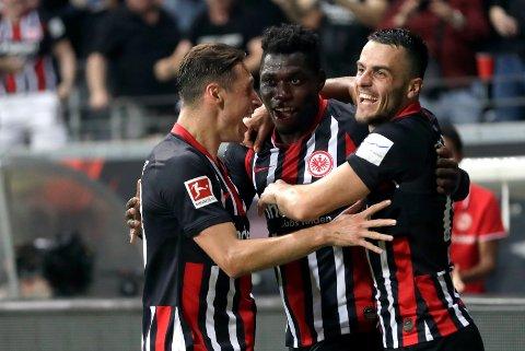 Danny da Costa (midten) jubler etter å ha scoret Frankfurts tredje mål mot Strasbourg i Europa Leauge. (AP Photo/Michael Probst)