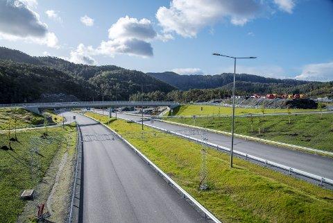 FINN ÉN FEIL: Her i Endalausmarka på Os ligger den splitter nye, firefelts motorveien nesten fiks ferdig med tunneler, veiskilt, avkjøringer, bomstasjon og rasteplass. Bare veimerkingen mangler. FOTO: EIRIK HAGESÆTER