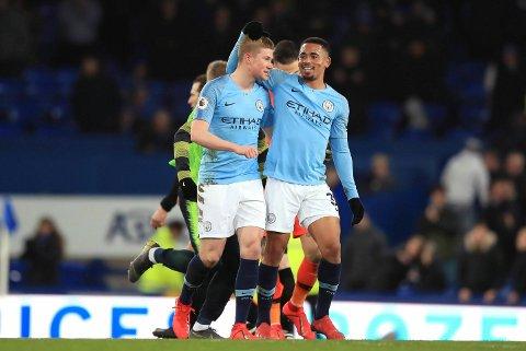 Gabriel Jesus og Kevin De Bruyne jubler etter seieren på GoodisonPark mot Everton. (Peter Byrne/PA via AP)