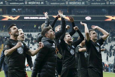 Andreas Vindheim (t.h.) og Malmö FF-spillerne jubler etter seieren mot Besiktas. Vi tror de kan overraske hjemme mot et Chelsea-lag i krise. (AP Photo/Lefteris Pitarakis)
