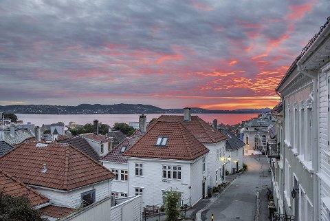 Når vi leser beskrivelser av Bergen, er det kan hende slike kvelder og syn vi ser for oss. Det er eventyrversjonen av Bergen i kveldssol vi ønsker skal være den egentlige bergenske normaltilstand, ikke  regnværsdagene i endeløs kø over Danmarks plass.