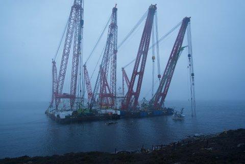 Arbeid i forbindelse med heving av fregatten KNM Helge Ingstad *** Local Caption *** Marine salvage of the Norwegian frigate Helge Ingstad
