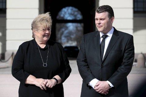 Statsminister Erna Solberg (H) kom ut på Slottsplassen sammen med den nye justisministeren Jøran Kallmyr etter statsråd fredag formiddag.