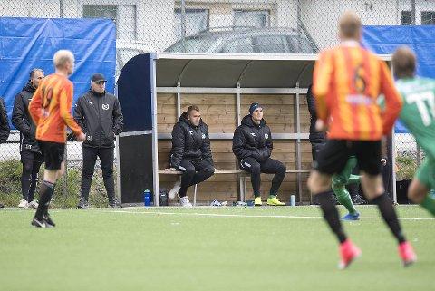 Han skulle gjort comeback i cupen i går, men Markus Olsen Pettersen (til venstre på benken) skadet seg på oppvarming.