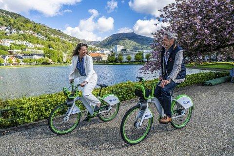 GRØNN SAMLING: MDG-topp Natalia Golis og oljedirektør Jonny Hesthammer mener man bør kombinere statlige insentiver med strengere krav for å få fart på det grønne skiftet. FOTO: ARNE BECK