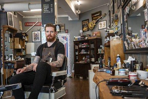 Andreas Morland tror det er blitt mer akseptert for menn å være opptatt av hår og skjegg enn det var tidligere. De merker i alle fall pågangen godt.