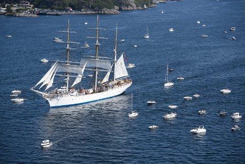 Tall Ships Races ble avsluttet med en fantastisk utseiling fra Vågen onsdag formiddag i strålende bergenssol. Her «Statsraad Lehmkuhl» i all sin prakt fulgt av en armada av småbåter.