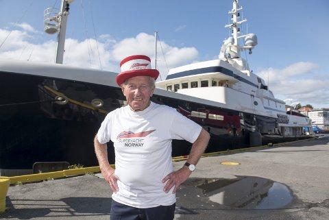 Ola Hiis Bergh skiller seg ut i mengden når han tropper opp på yacht-havnen i Monaco, eller Vågen, med spesiallaget flosshatt for å lokke superyachter til Bergen. I bakgrunnen MY «Steel». FOTO: MAGNE TURØY
