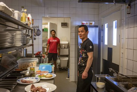 Willy Weng (t.v.) forteller at sommeren har vært et slit for Rose restaurant på Askøy senter. Alt på grunn av drikkevannet.