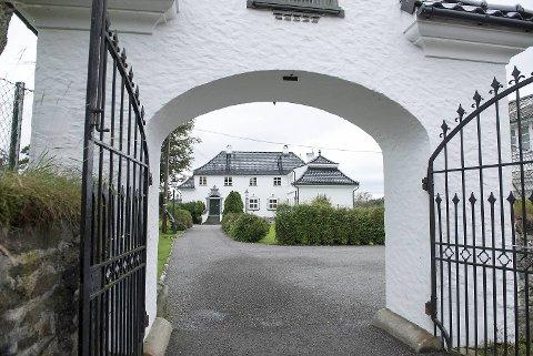 Denne 15 måls prakteiendommen ved Nordåsvatnet er solgt for 43.250.000 kroner. I 2006 ble den første Varg Veum-filmen spilt inn her.
