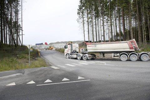 120.000 ganger har lastebiler kjørt stein inn til deponiet i Hordnesskogen siden våren 2016. Nå er siste lasset levert.