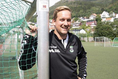 På sidelinjen: Håkon Pettersen ville raget over de fleste fotballspillere, men tilbringer stort sett tiden på sidelinjen mens Baune-laget til sønnen spiller. Foto: ARNE RISTESUND