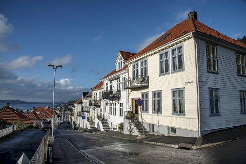 Boligprisene i Bergen holder seg stabile, viser fersk statistikk fra Eiendom Norge. Her den gamle trehusbebyggelsen i Fjellsiden.