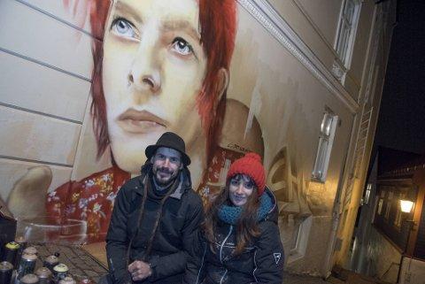 Kunstnerparet Bisho Sevillano og Rochihiro har laget sin tolkning av David Bowie i Steinkjellergaten.