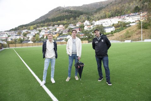Guttespiller Ulrik Nordeide, A-lagsspiller Lars Petter Nordeide og nestleder Tom Skråmestø er strålende fornøyd når de tar sine første skritt på Baunes nye hjemmebane.